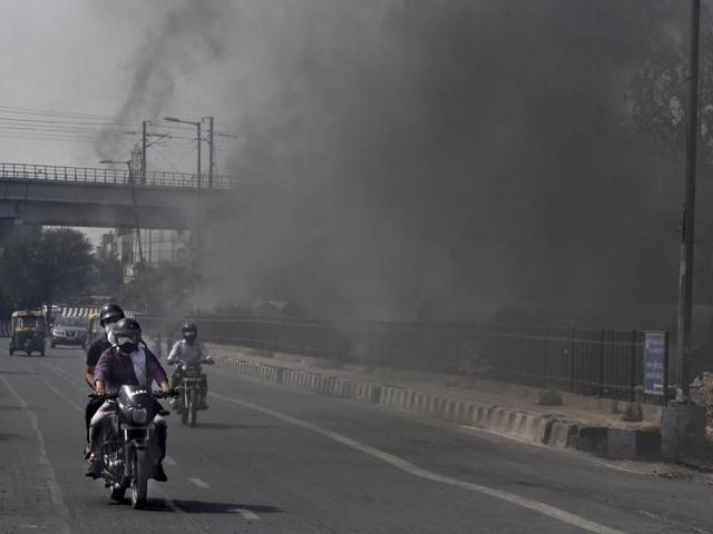 ciudades contaminadas motos y humo