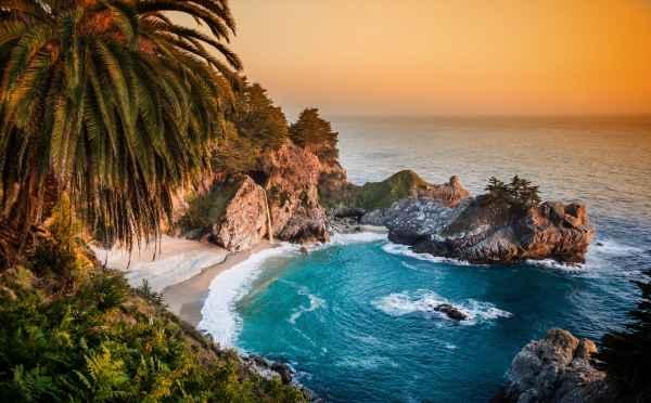 3- Playa con cascada Mcway, California.