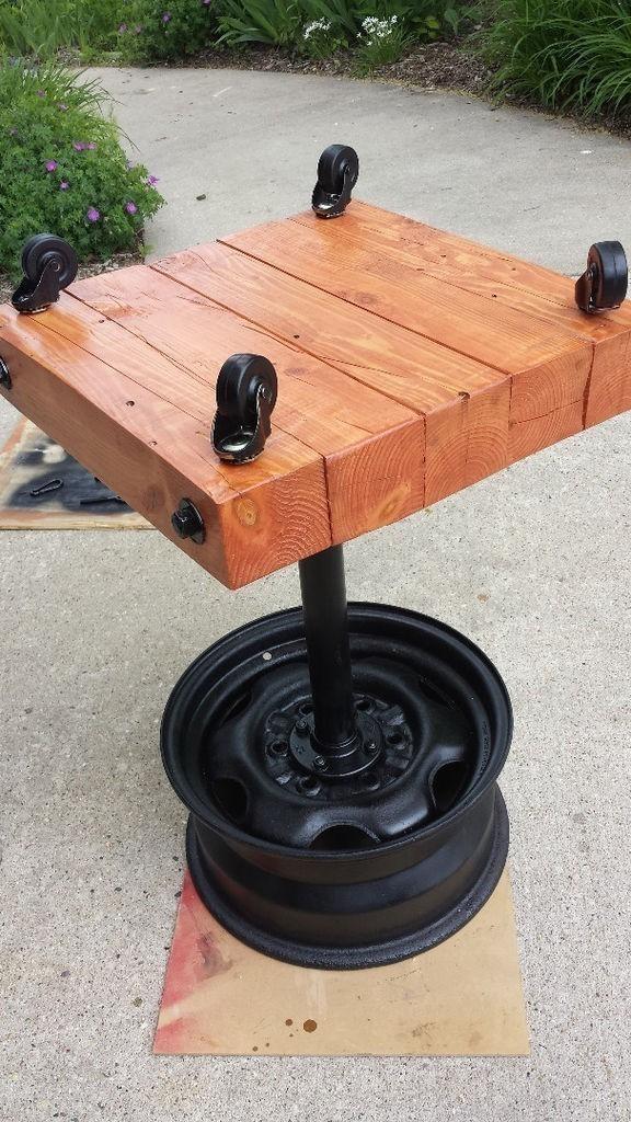 Parrilla hecha con una llanta- ruedas