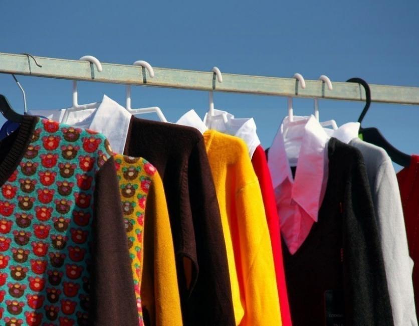 cómo eliminar humedad de los armarios - ropa