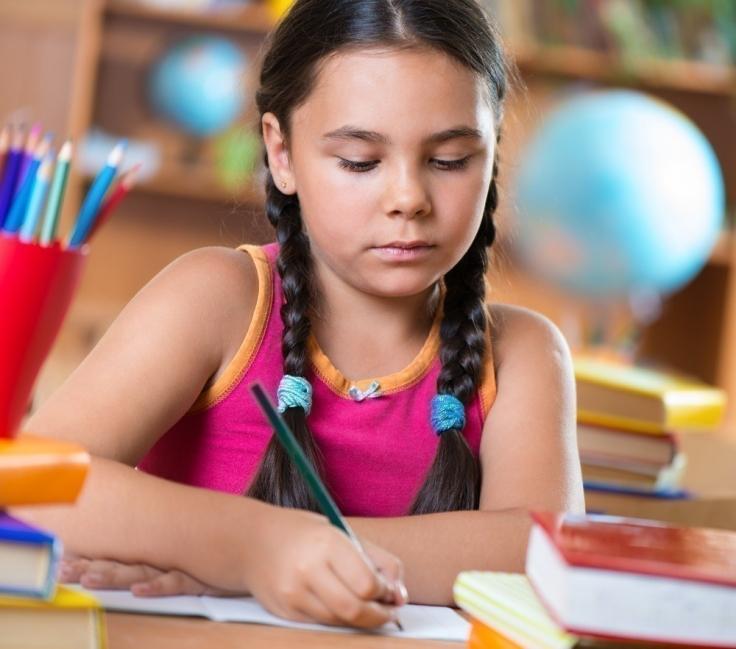niña escribiendo - diccionario por niños