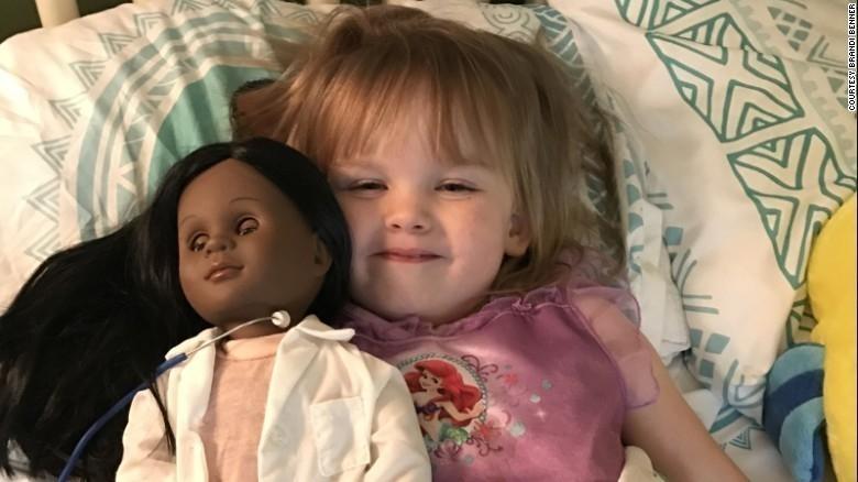 niña blanca muñeca negra