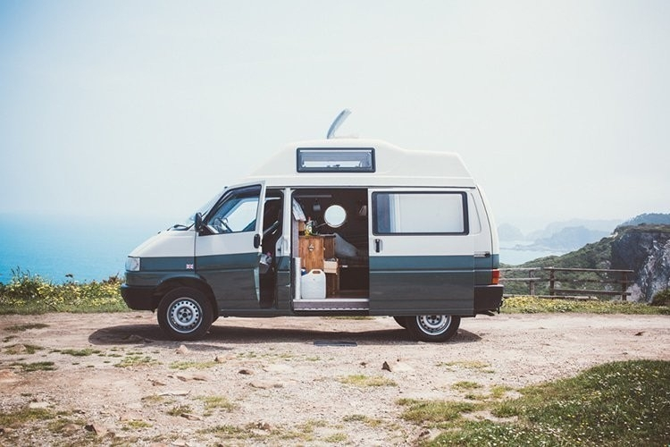 Adaptaron una camioneta para viajar por el mundo