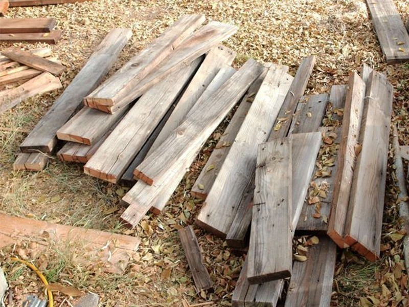 Cómo hacer caminos de madera reciclada para el patio o jardín- cortar tablas