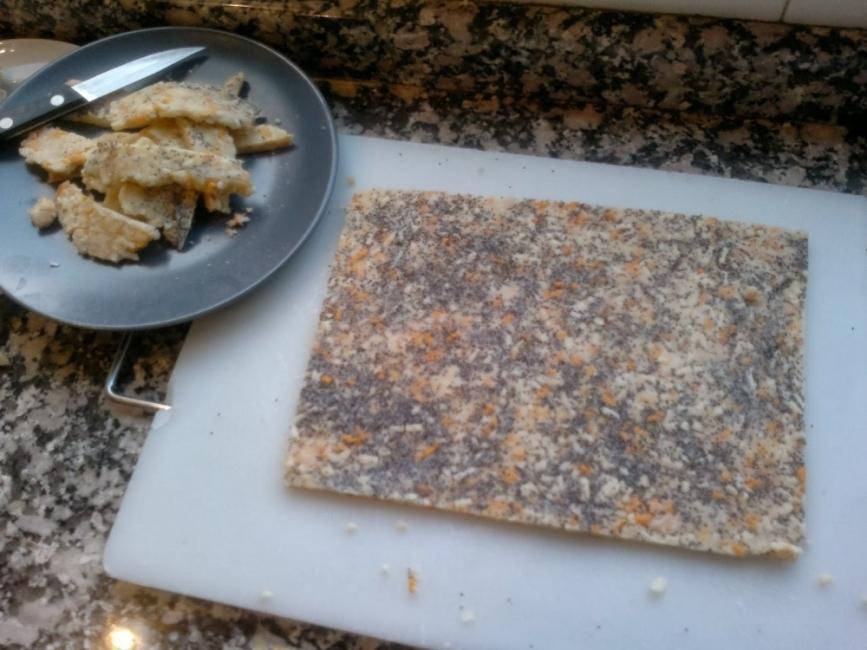 galletas de queso y semillas de amapola - estirar y cortar