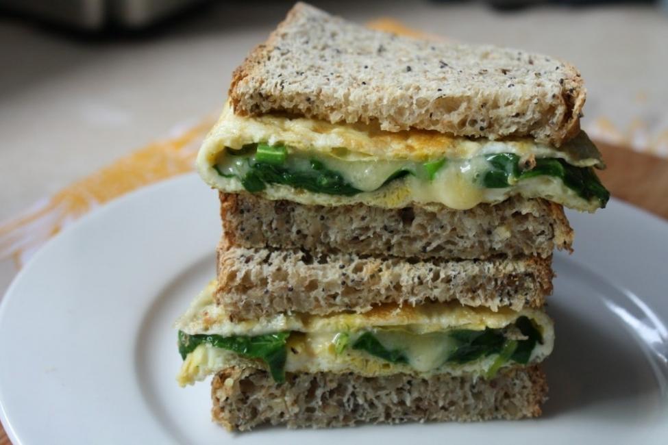 Sándwich de omelette con espinaca y tomates secos