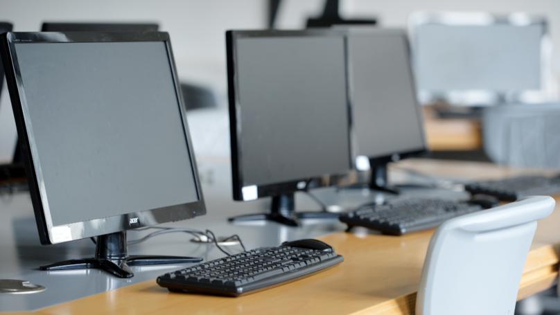 Microsoft prometió enviar un computador al profesor Akoto y darle acceso a su material educativo
