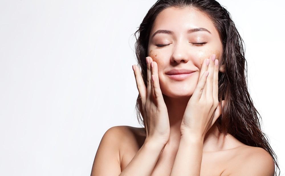 eliminar cicatrices o marcas de acné- exfoliar