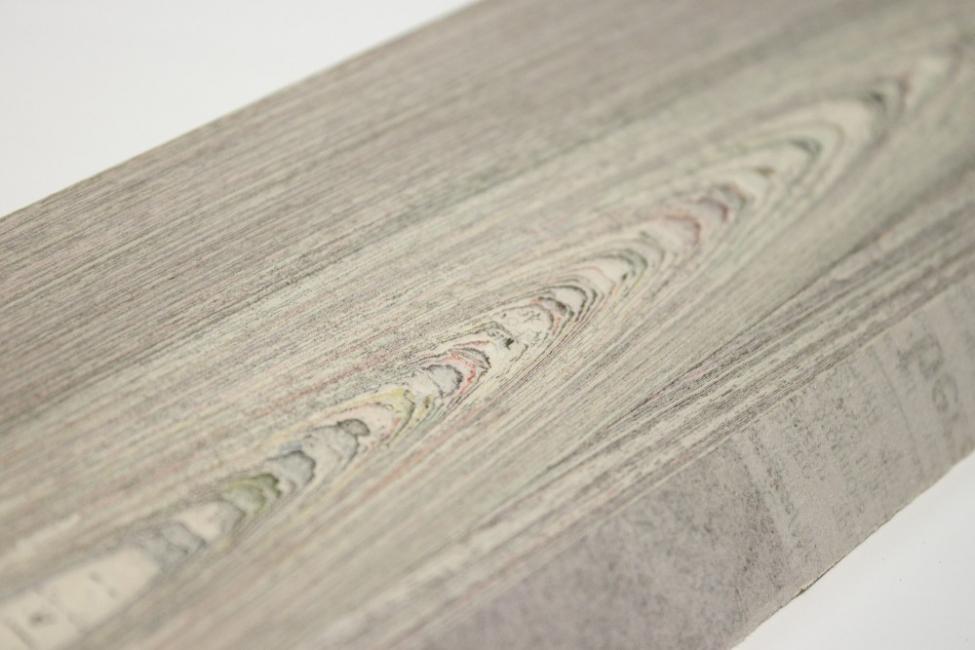madera con papel de diario