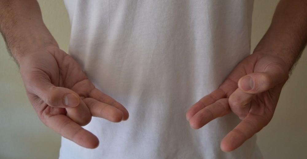 mudras- posiciones de manos yoga- Shunya mudra