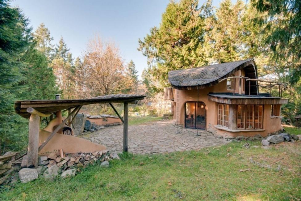 casita hecha a mano con materiales naturales locales