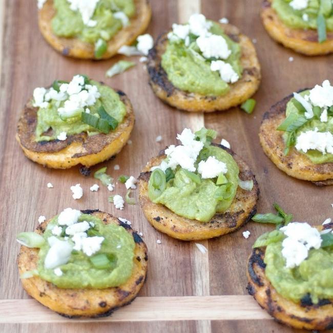 Mini tortillas de maíz con aguacate listas