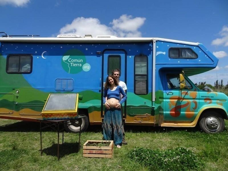 Esta pareja salió de viaje y eligió tener su bebé en casa