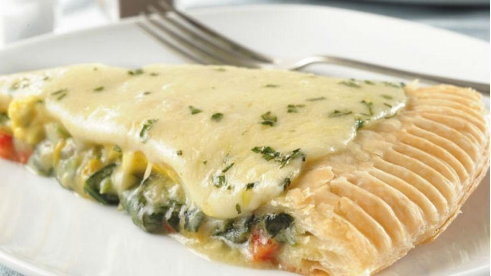 pizza rellena de vegetales y queso-
