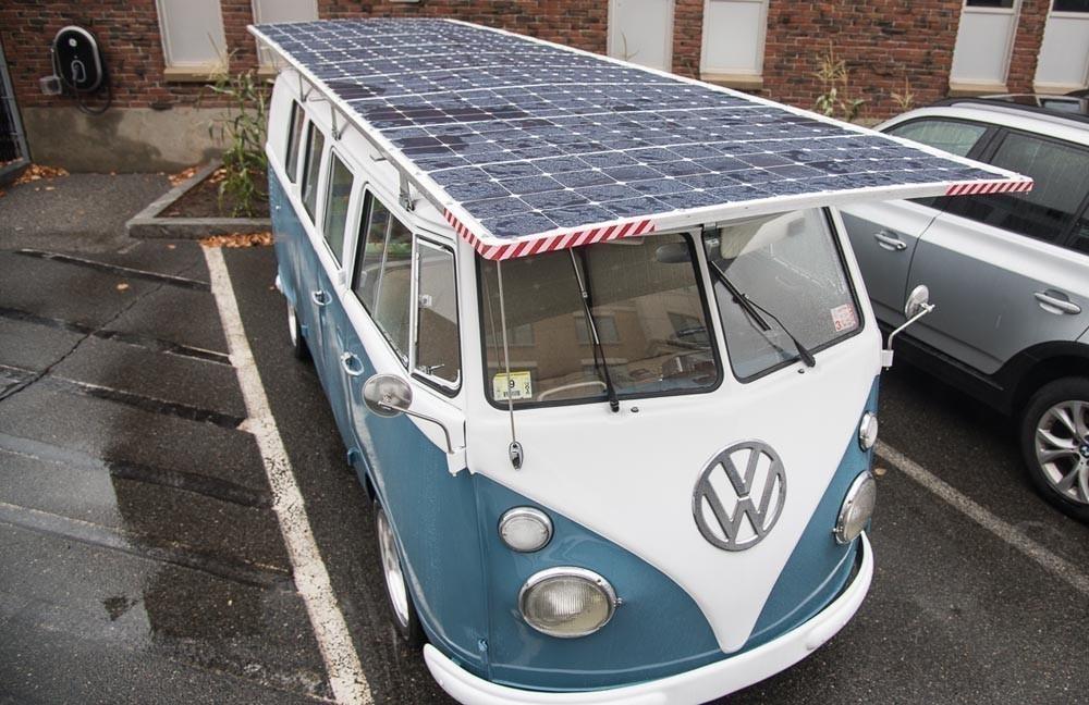 Camioneta Volkswagen de 1966 a energía solar - panel superior
