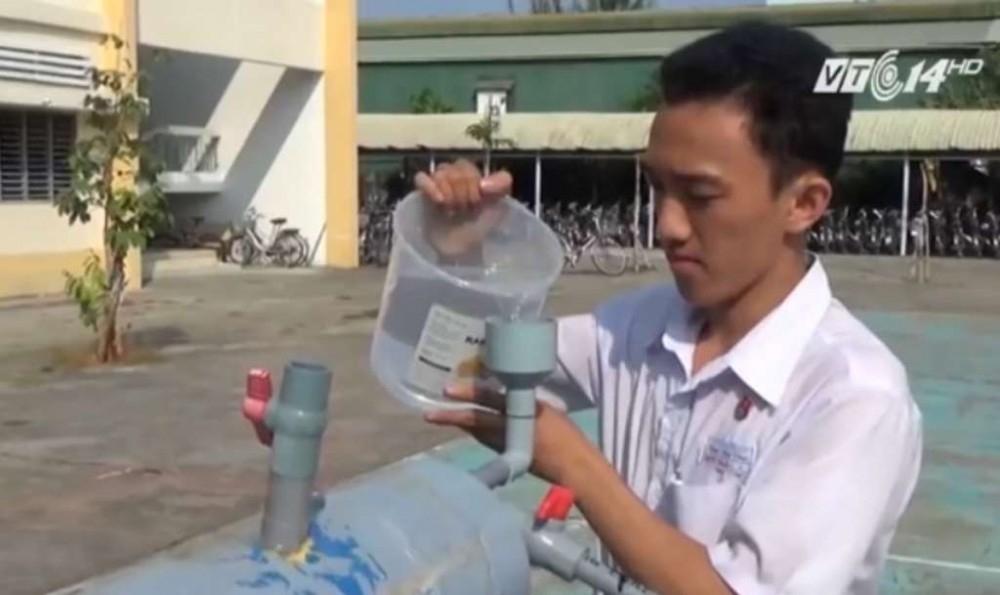 joven vietnam agua de mar