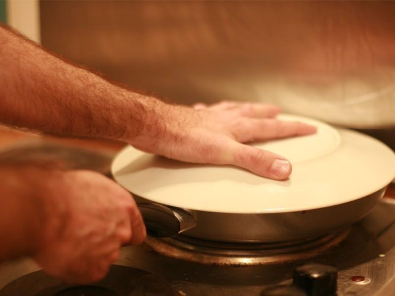 Cómo hacer una tortilla sin huevo de patatas y espinacas- voltear tortilla