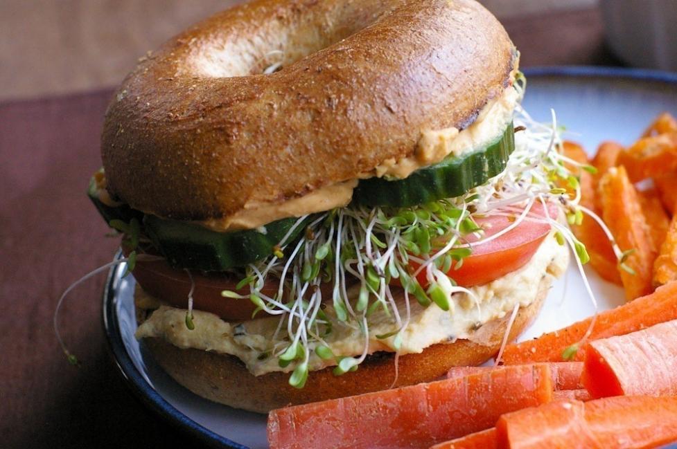 sándwich con hummus