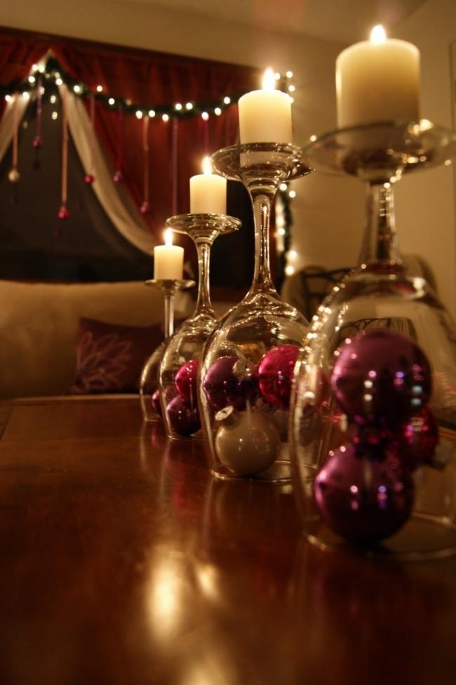 Ideas para decorar tus velas navideñas - velas con copas invertidas y bolas navideñas
