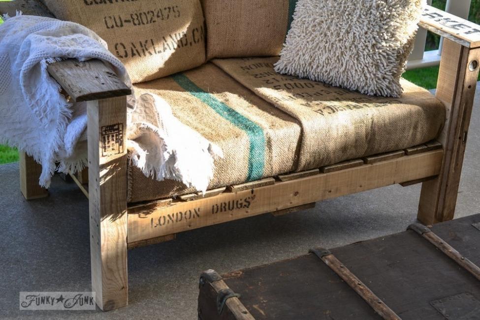 sillón de pallets y almohadones de arpillera