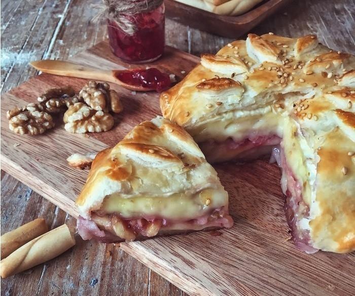 pan de hojaldre relleno de camembert