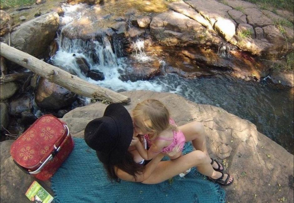 Morgan Brechler y su hija Hadlie - cima de la montaña