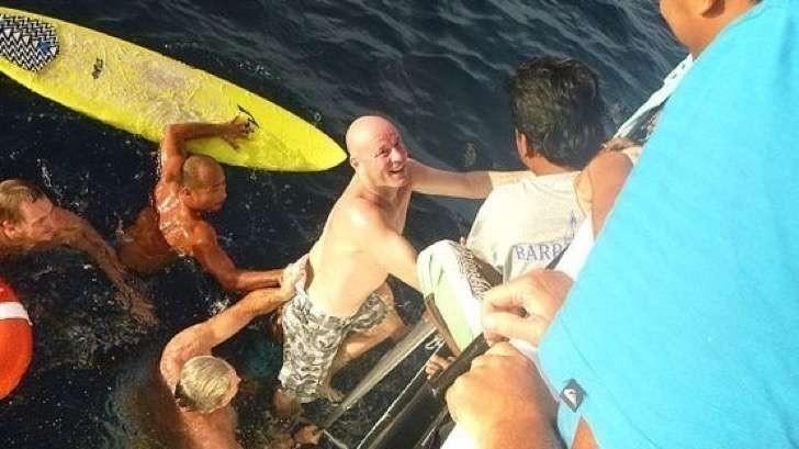 Un hombre sobrevivió 28 horas nadando entre tiburones y medusas - historia conmovedora