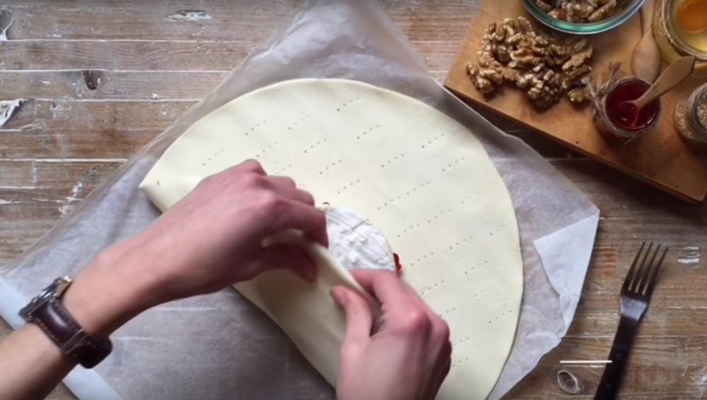 pan de hojaldre relleno de camembert - preparación