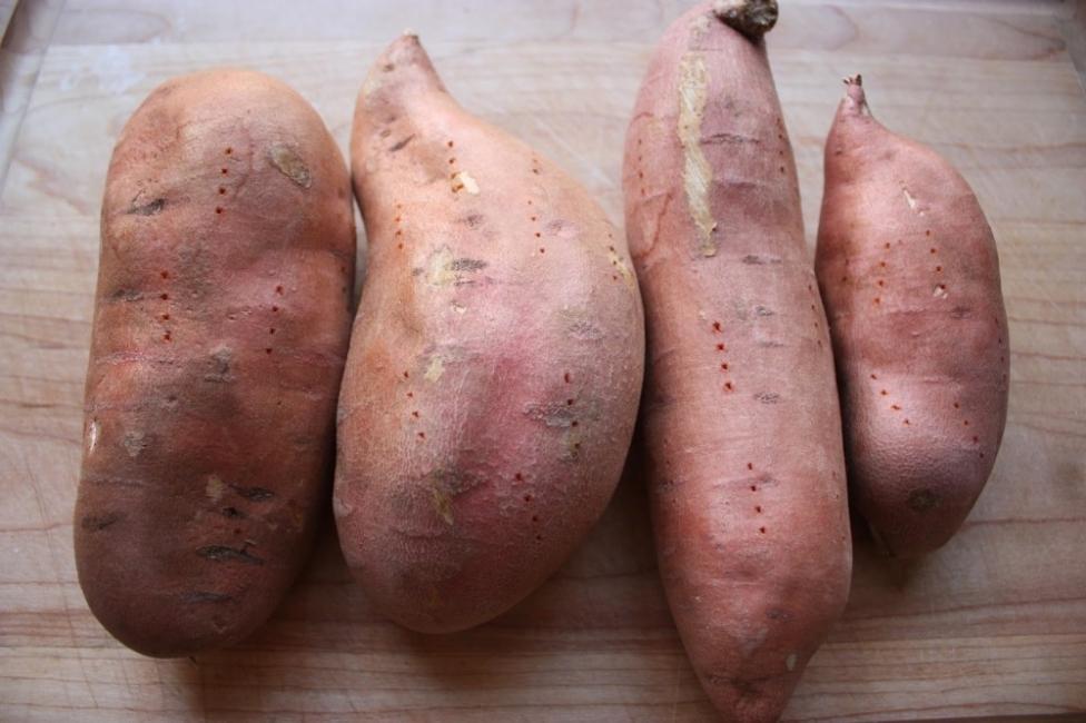 Patatas dulces rellenas de quinoa con salsa de aguacate - cocinar batatas al horno