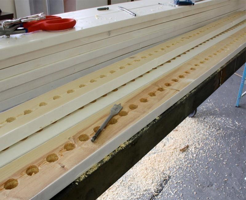 Cómo crear una separación original en un ambiente pequeño- perforar madera