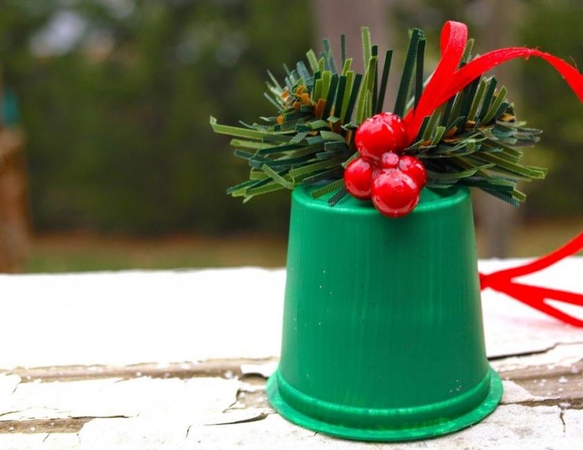 Adornos de navidad hechos con potes de yogur