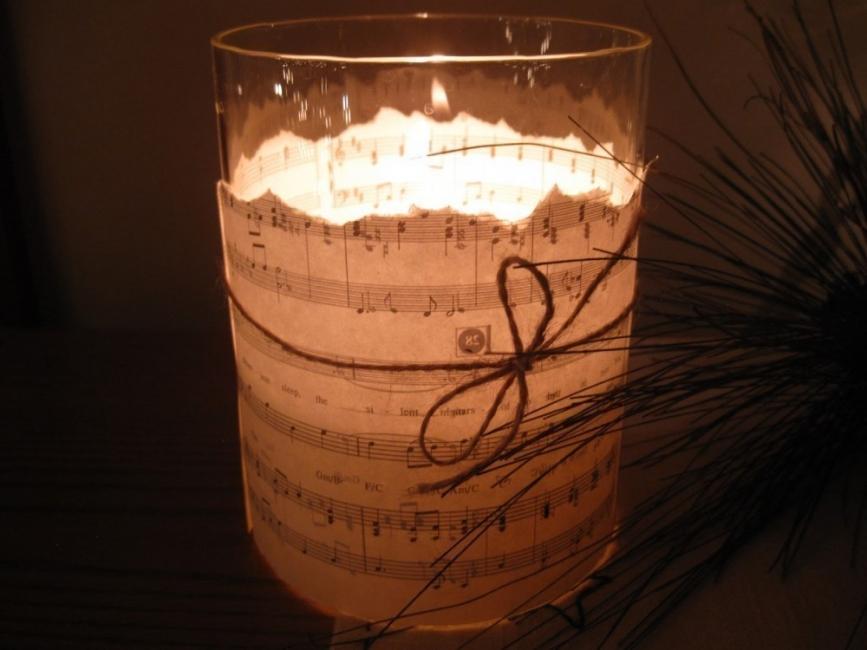 Ideas para decorar tus velas navideñas - velas con partitura