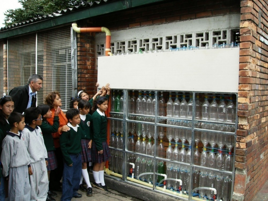 pared recolectora de agua de lluvia con botellas de plástico- ekomuro en escuelas