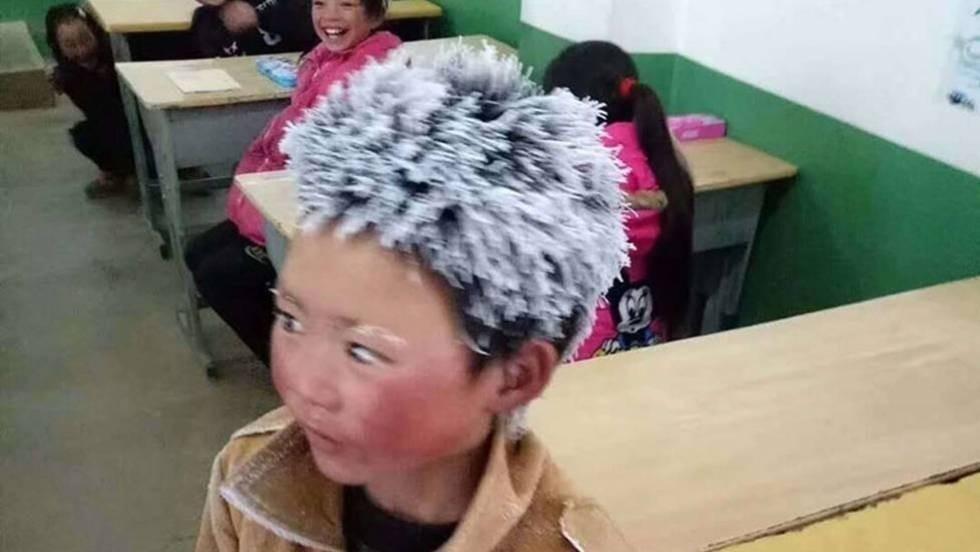 Una capa de nieve cubre el pelo, las manos y las cejas de Wang Fuman