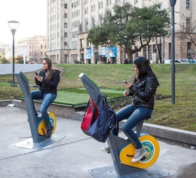 Bicleta que genera electricidad para cargar el celular - Argentina, Plaza Houssay