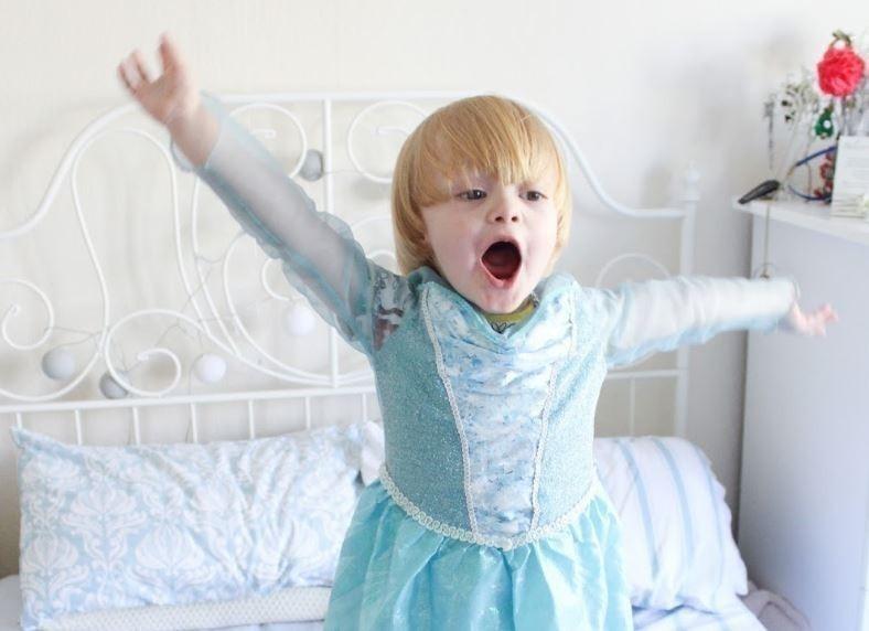 Noah vestido como Elsa
