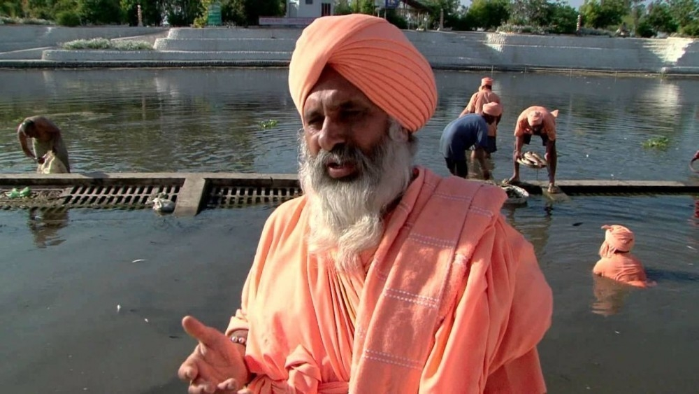 Sant Balbir Singh Seechewal limpiando el río