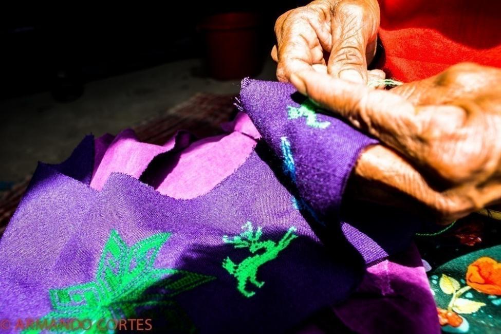 Comunidad originaria Wixaritari de México realiza tejidos de diseño sustentable - bordado