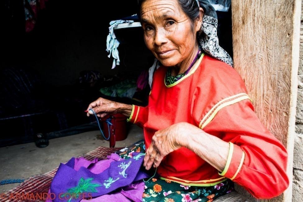 Comunidad originaria Wixaritari de México realiza tejidos de diseño sustentable - tejiendo