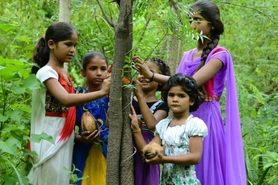pueblo indio de Piplantri- mujeres y árboles