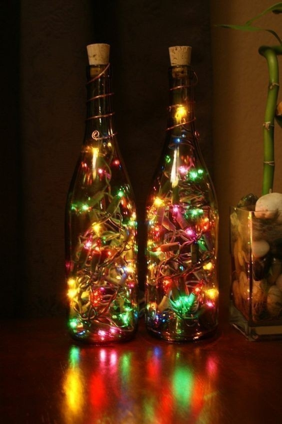Botellas de vino y luces