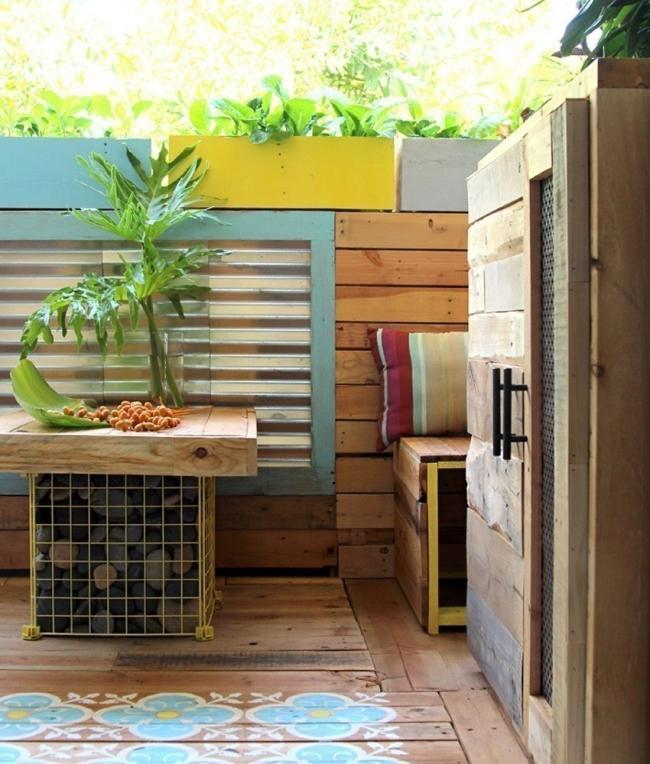 Remodela tu pequeño espacio con este living tropical hecho de pallet- macetas