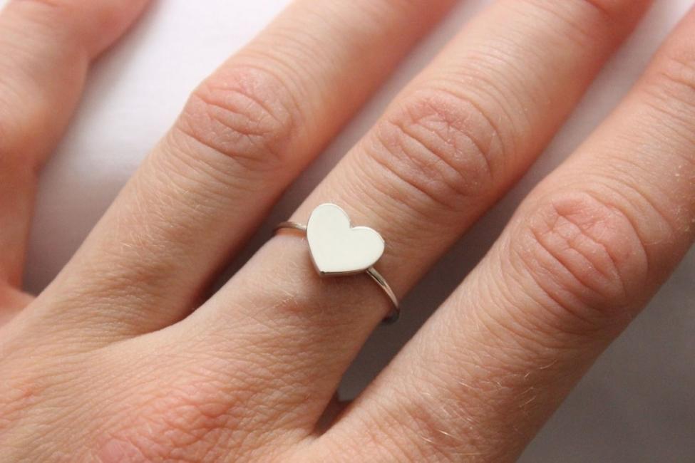 Descubre lo que significa la elecci n del dedo para usar tus anillos - En que mano se lleva el anillo de casado ...