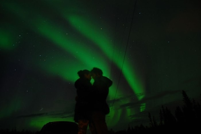 beso en la aurora boreal