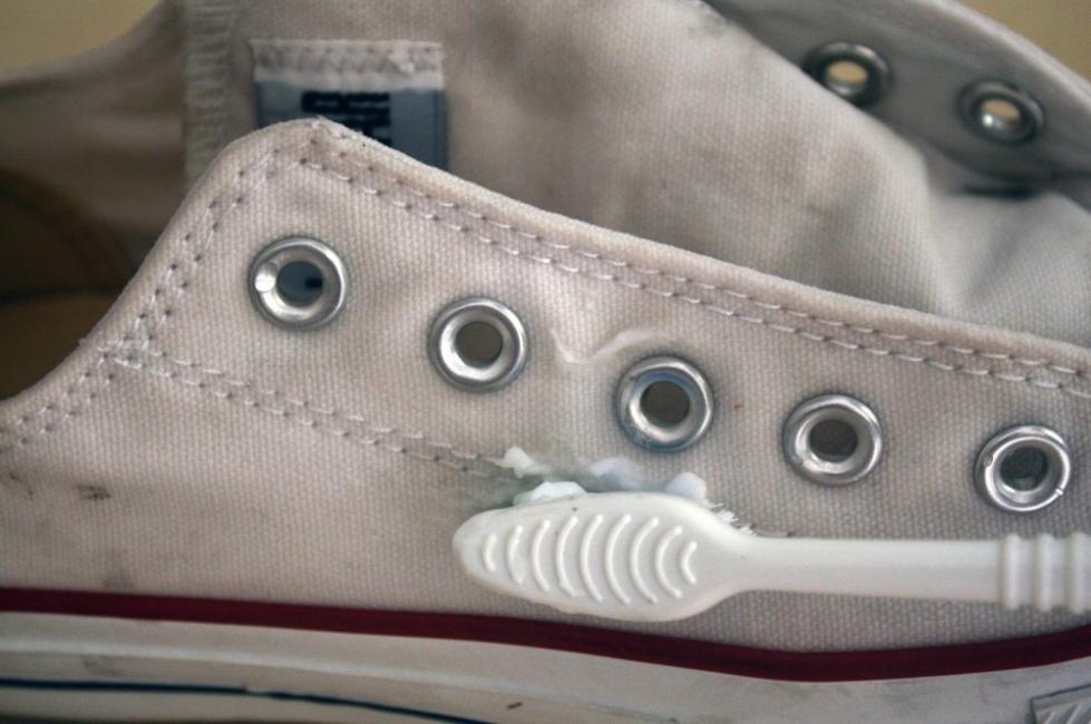 blanquear zapatillas- truco- cepillar