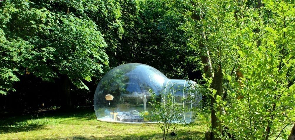 tienda transparente en la naturaleza