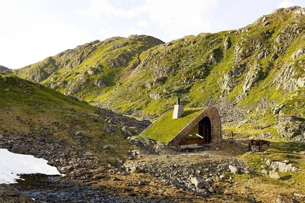 cabaña escondida en la naturaleza