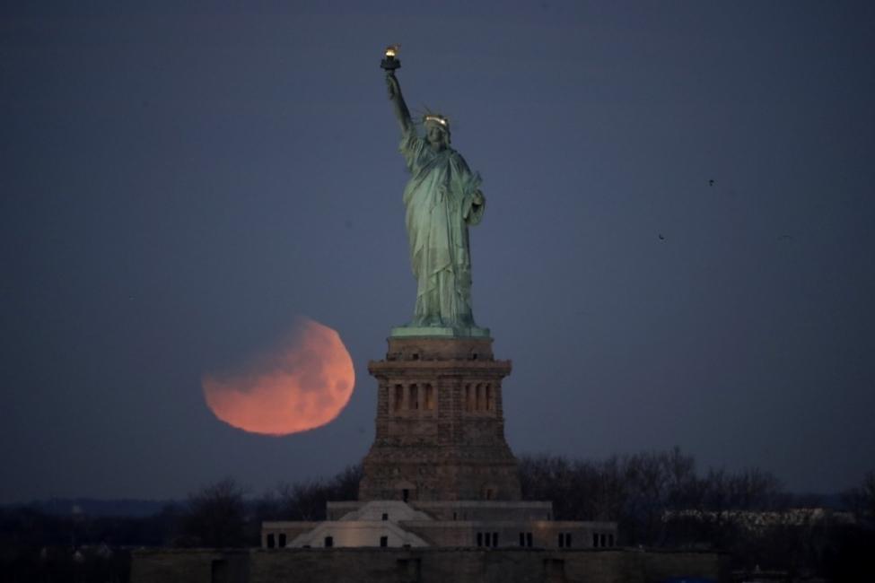 La Tierra, el Sol y la Luna se alinean, dando lugar a un eclipse lunar total