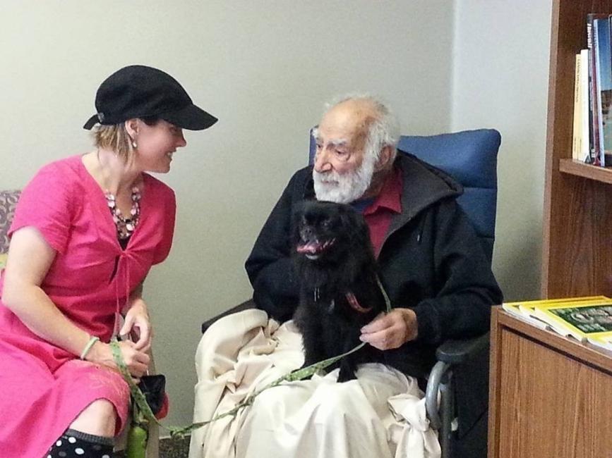 mascotas visitan personas en el hospital Juravinsky