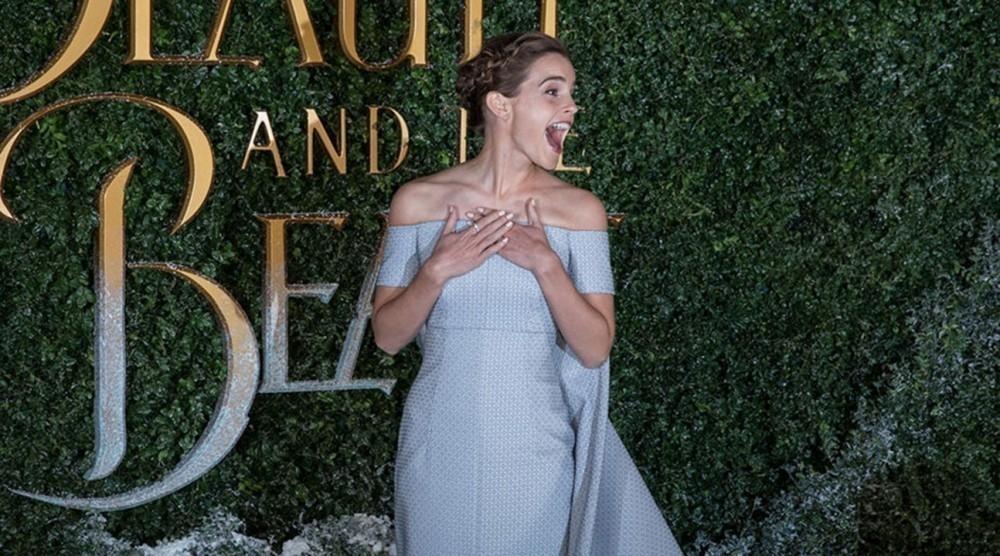 Emma Watson luciendo un vestido elaborado con tela de descarte